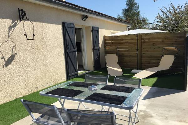 Photo 2 pièces avec terrasse, parking et lit en 160 proche des thermes de Jonzac