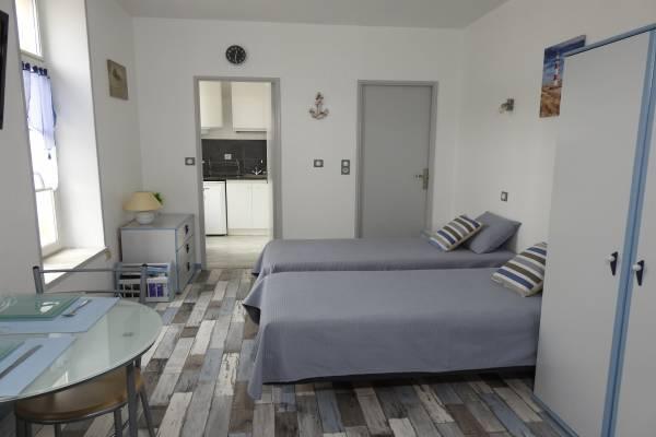 Photo Studio meublé entièrement refait situé à côté des Thermes de Rochefort avec parking privé